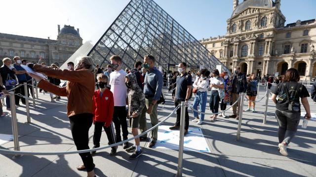 Louvre reabriu com menos de um quarto do número de visitantes habituais