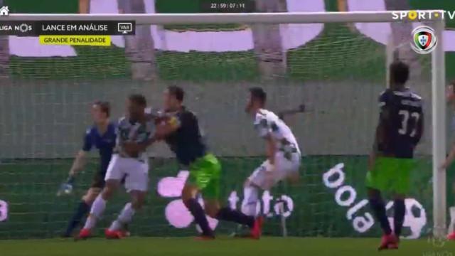 O lance polémico em que o Sporting reclama penálti à beira do apito final