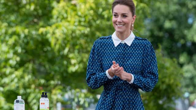 Kate Middleton brilha com vestido clássico ao lado de William