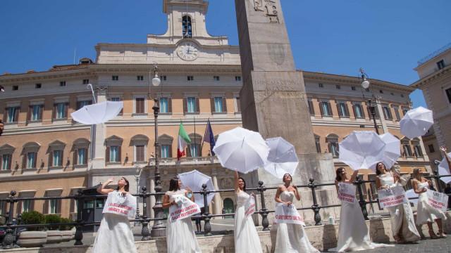 Saem à rua vestidas de noiva em protesto contra adiamento de casamentos