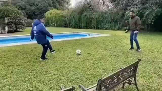 Maradona volta a jogar futebol... com o seu médico de família