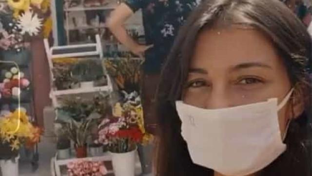 Isabel Figueira mostra proteção contra a Covid-19 em bastidores de novela