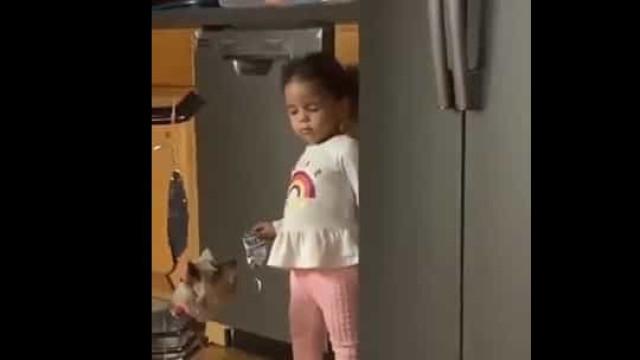 Criança é apanhada a 'roubar' doces... e finge que é sonâmbula