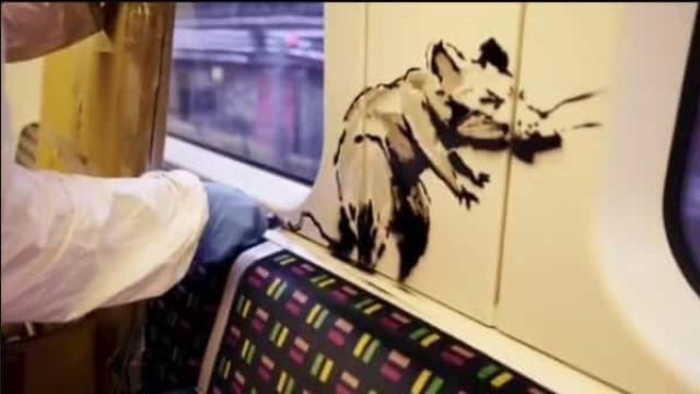Banksy faz rara aparição pública para pintar metro. Obra já foi apagada