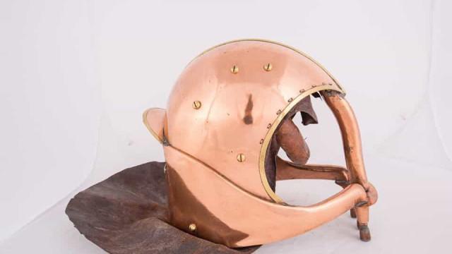 Para que servia este capacete? Eis como se combatiam as chamas no séc.XIX