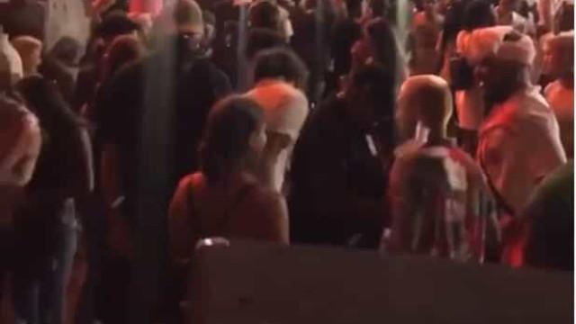 Covid-19: Centenas juntam-se em festa secreta sob a ponte de Brooklyn
