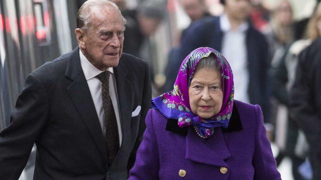 Rainha Isabel II atirou com sapatos ao marido durante discussão