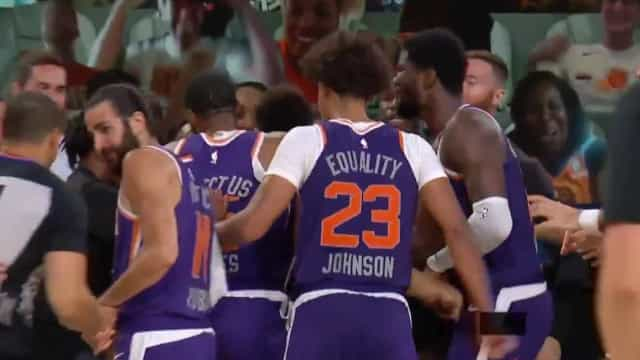 Suns 'esqueceram' distanciamento para festejar este cesto sensacional