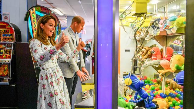 Duques em pura descontração. Kate e William divertem-se em salão de jogos