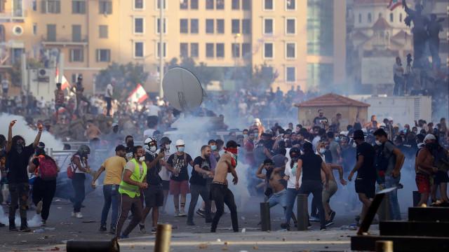 200 manifestantes feridos e um polícia morto após explosões em Beirute