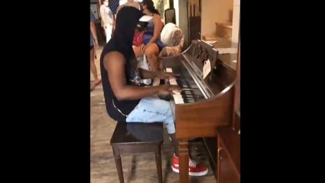 Entra em loja e pede para tocar piano. Dono oferece-lhe o instrumento