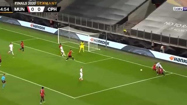 Médio do Copenhaga colocou assim dois jogadores do United 'no bolso'