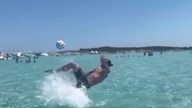 Ibrahimovic recriou uma 'chilena' histórica mas agora... dentro de água