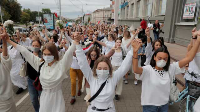 Bielorrússia. De branco, mulheres marcham contra violência policial