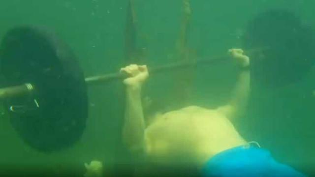 Atleta russo bate recorde do Guinness ao levantar pesos debaixo de água