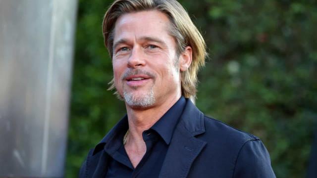 Brad Pitt fotografado a sair do dentista de cadeira de rodas