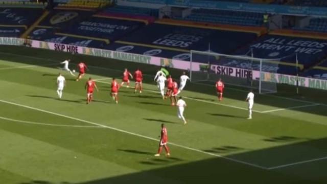Hélder Costa estreia-se a marcar na Premier League com este golaço