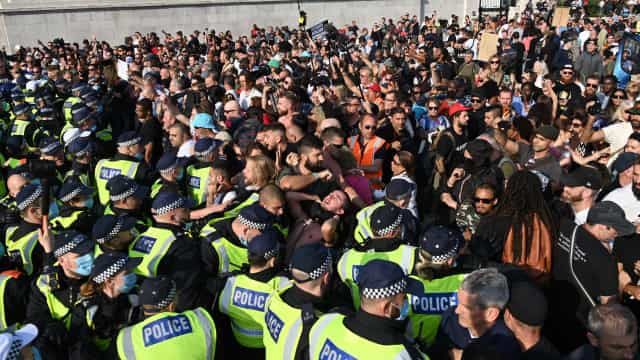 Covid-19. Confrontos em Londres entre polícia e opositores das restrições