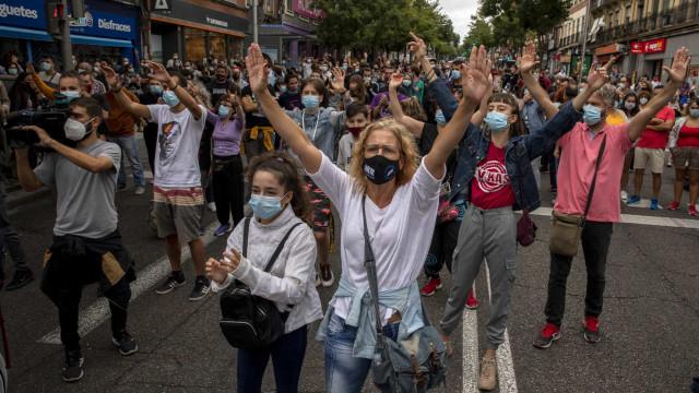 Covid-19: Moradores de Madrid protestam contra restrições. Eis as imagens