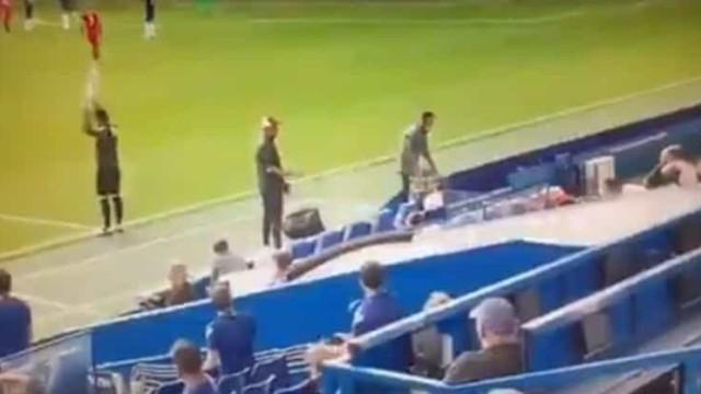 Klopp furioso por banco do Liverpool festejar expulsão de jogador rival