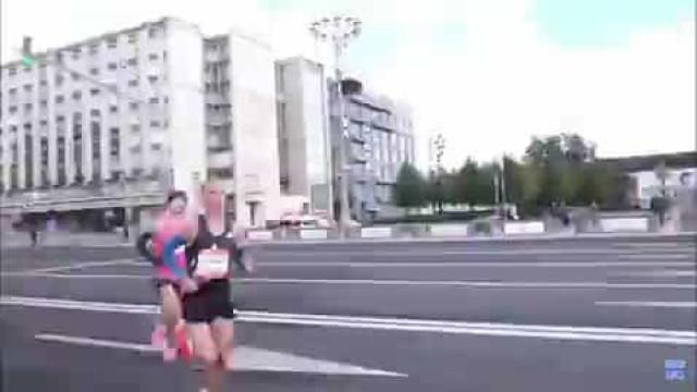 Ganhou maratona, mas é o gesto ao chegar à meta que gera indignação