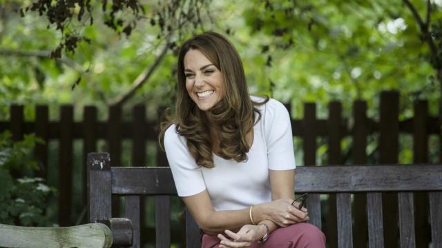 Kate Middleton em modo casual. Duquesa encanta de t-shirt e ténis