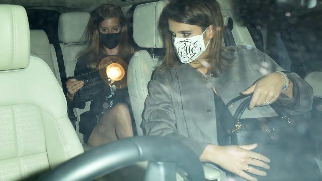 Princesas Beatrice e Eugenie fotografadas em saída à noite em Londres