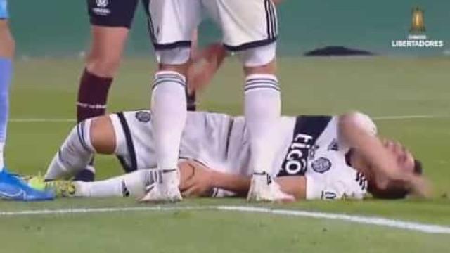 Arrepiante: Lesiona-se e acaba aos gritos de dor em jogo da Libertadores