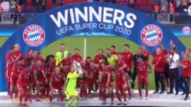 O momento em que o Bayern Munique levanta a Supertaça europeia