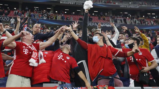 Poucas máscaras e distanciamento social. Adeptos voltam às provas da UEFA