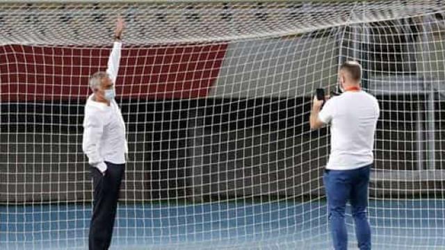 Mourinho quase caiu. Adversário 'serra' postes e tira-lhes 5 cm