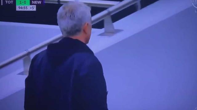 Árbitro marcou penálti nos descontos e Mourinho... abandonou o jogo