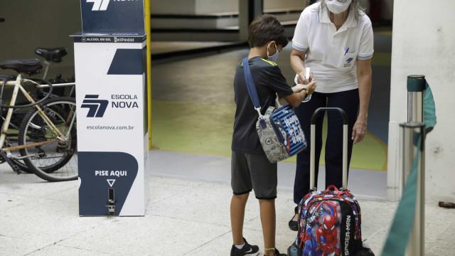 AO MINUTO: Brasil soma 335 mortes em 24h; O 'nim' dos testes rápidos
