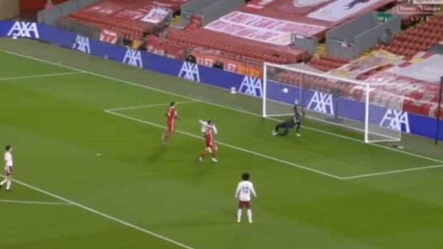 Disparate da defesa do Liverpool e Lacazette marca para o Arsenal