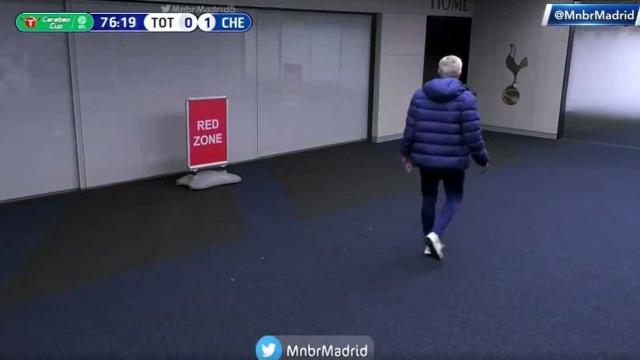 Dier saiu do campo a meio do jogo e Mourinho foi buscá-lo ao balneário