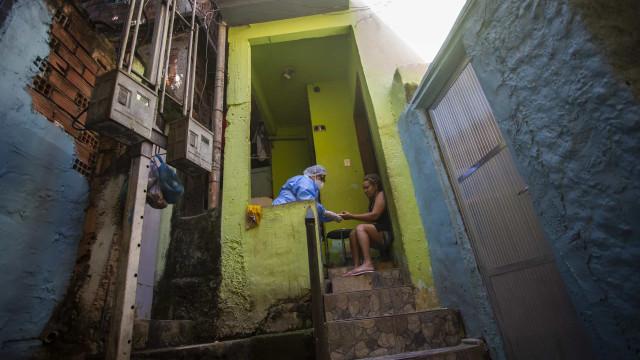 """AO MINUTO: Reino Unido assumiu """"método errado""""; Mais 863 mortes no Brasil"""