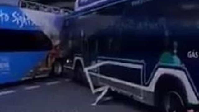 Autocarro despista-se e colide com veículo turístico no centro do Porto