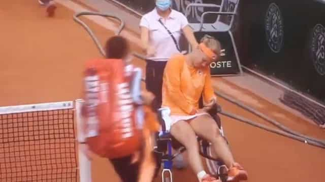 Kiki Bertens foi ao limite e abandonou court em cadeira de rodas