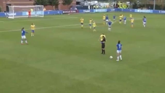 Jogadora do Brighton viu dois cartões amarelos... e não foi expulsa