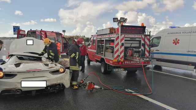 Ferrari despista-se na A2 em Palmela. Há dois feridos