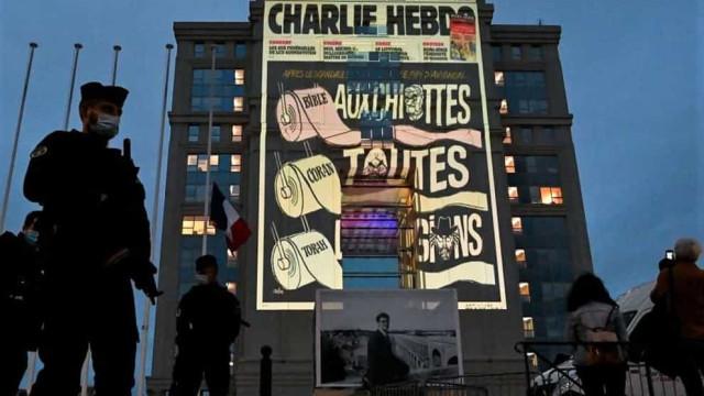 Em homenagem a professor, França projeta caricaturas de Maomé em prédios
