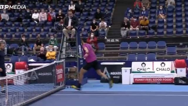 Khachanov 'perde a cabeça' com árbitro e descarrega fúria ao pontapé