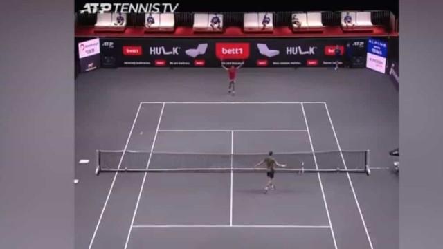 Tenista italiano perdeu a raquete e improvisou um golpe... de cabeça