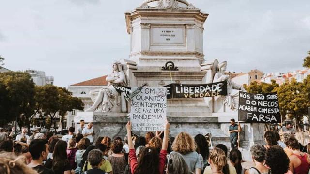 Dezenas protestam em Lisboa contra o uso obrigatório de máscaras na rua