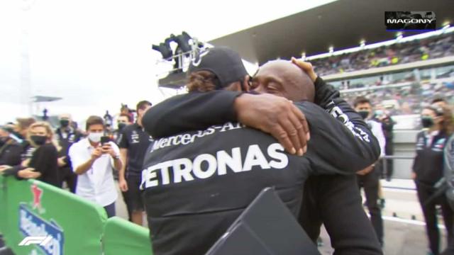 O emocionado abraço de Hamilton ao pai após o triunfo no Algarve