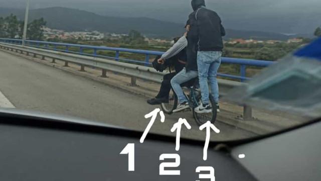 Três jovens seguiram em cima de uma bicicleta na A28 em Viana do Castelo