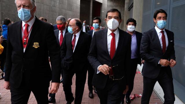 Máscaras, caras conhecidas e selfies: As imagens das eleições do Benfica
