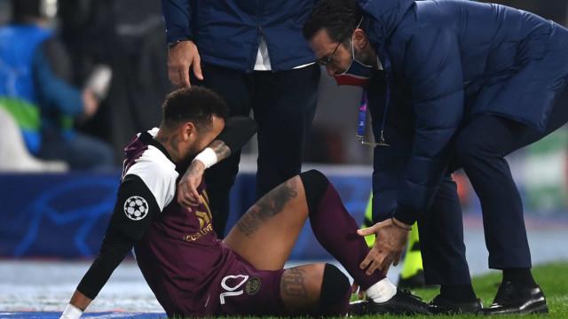 Alerta no PSG: Neymar lesiona-se e deixa jogo da Champions a meio
