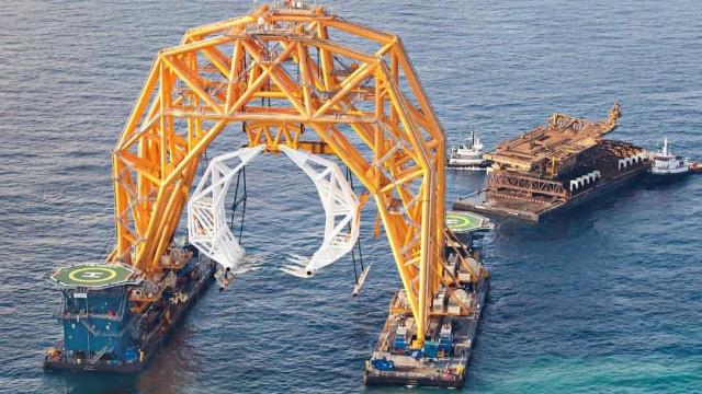 'Garra' gigante resgata navio que naufragou com quatro mil carros