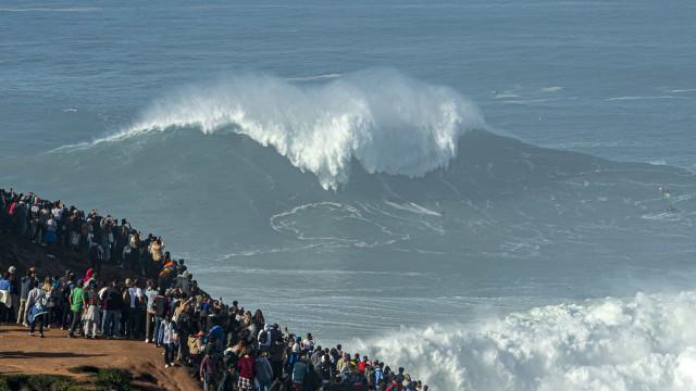 Milhares concentrados para ver ondas. Nazaré proíbe acesso a Farol